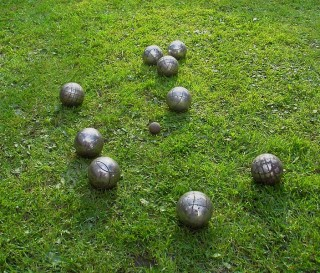 Photograph of close-up of boules on grass | Arne Nordmann