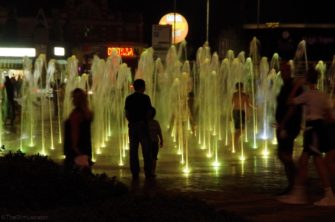 Water fountains illuminated by night | The Dim Locator